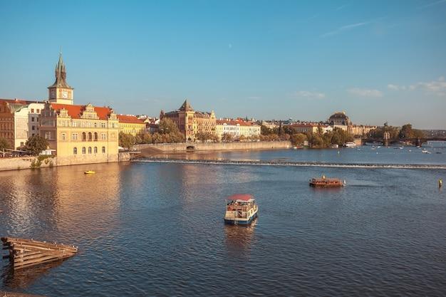 Вид на реку витава с карлова моста в праге, прекрасный летний день.