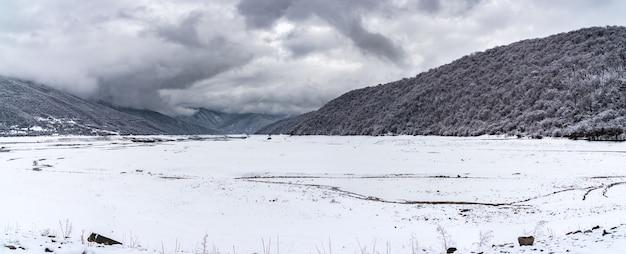 冬のジンバリ貯水池を見る