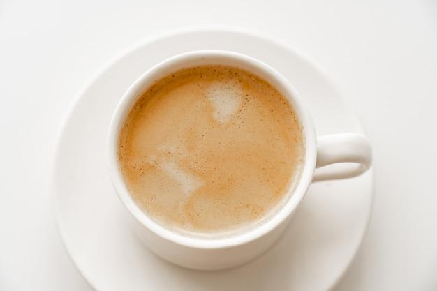 Посмотреть сверху. чашка кофе с молоком. традиционный утренний завтрак. бодрость в ранние утренние восхождения. капучино