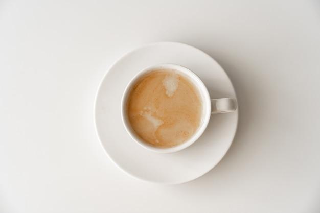Посмотреть верхнюю чашку кофе с молоком традиционный утренний завтрак