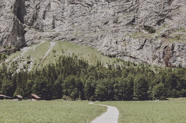 ラウターブルンネン、スイス、ヨーロッパの街の滝の谷を表示します。夏の風景、太陽の光の天気、劇的な青い空と晴れた日