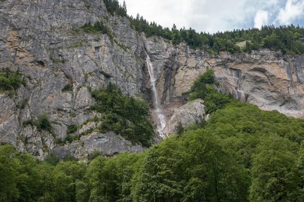 ラウターブルンネン、スイス、ヨーロッパの都市の国立公園の滝の谷を表示します。夏の風景、太陽の光の天気、劇的な青い空と晴れた日
