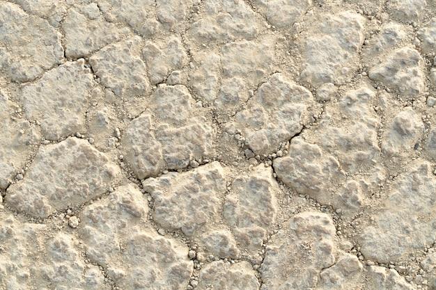 Sopra la vista del terreno bianco secco con piccoli sassi. concetto di superficie della struttura della pietra.