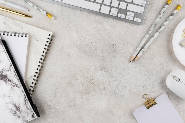 Sopra l'assortimento di articoli sul posto di lavoro