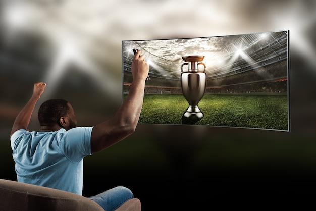 自宅からの視聴者は彼のチームの勝利に歓喜します