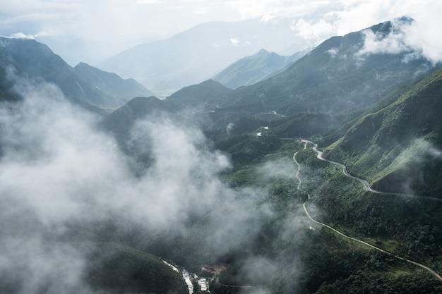 Смотровая площадка на самый высокий в тумане горный хребет в перевал трамвай тон, сапа, вьетнам