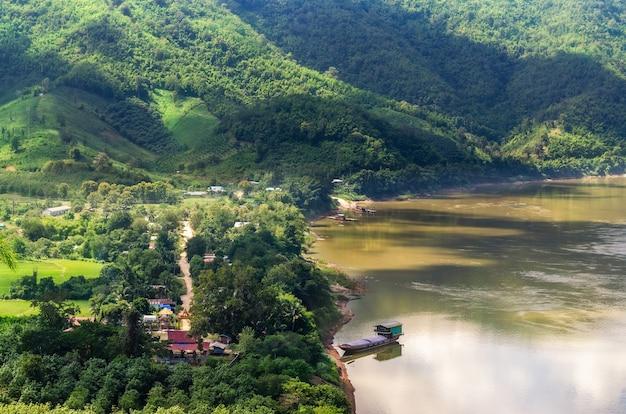 메콩강이 내려다보이는 산의 전망대. phu kogngew viewpoint chiang khan district, thailand에 있는 라오스의 산과 지역 사회.