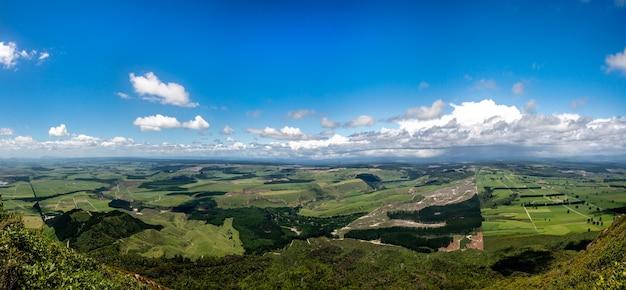 タウポのタウハラ山の頂上からの眺め、これは南を振り返っています(湖は右側の画面外にあります)