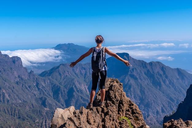 Вид с тропы на вершину роке-де-лос-мучачос на вершине кальдеры-де-табуриенте, ла-пальма, канарские острова. испания