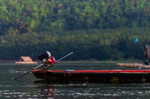 川や山々の景色、そして写真の真ん中に浮かぶボート。