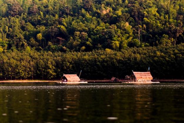 川や山、浮かぶいかだの景色。