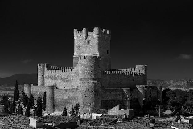 黒と白のアリカンテ、ビリェナの町のアタラジャ城の景色