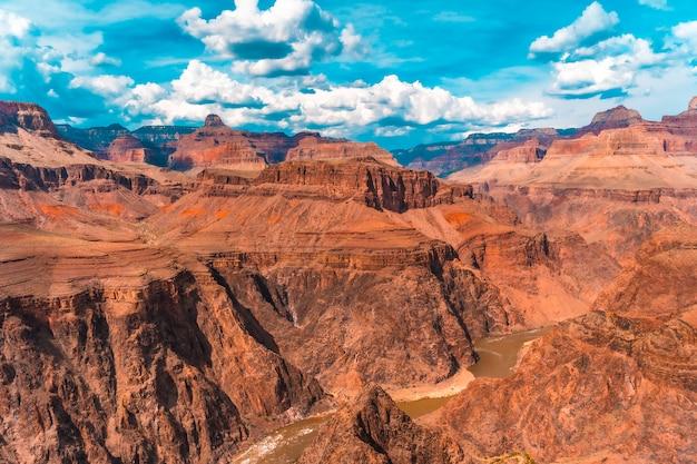 グランドキャニオンのブライトエンジェルトレイルヘッドの小道にあるトントウェストからコロラド川を望む。アリゾナ