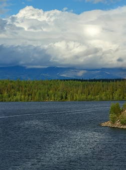 キビニー山脈の景色。ロシア、コラ半島のイマンドラ湖で撮影