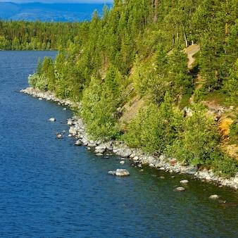 Виды на хибинские горы. снято на озере имандра, кольский полуостров, россия.