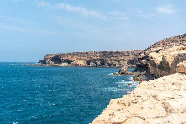Вид на тропу к пещерам аджуй, пахара, западное побережье острова фуэртевентура, канарские острова. испания