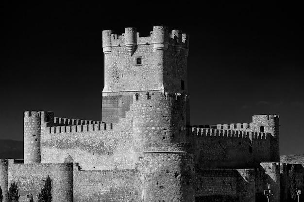 アリカンテ州ビリェナの町にあるアタラジャ城の塔の黒と白の景色