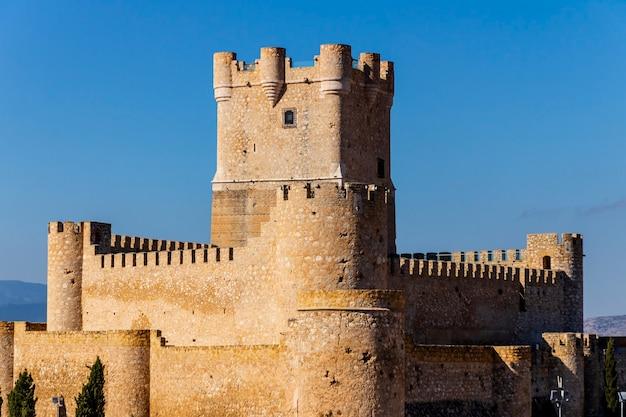 アリカンテ州ビリェナの町にあるアタラジャ城の塔の景色。
