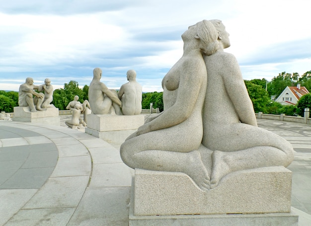 Инсталляция vigeland парк фрогнер с бронзовыми и гранитными скульптурами, осло, норвегия