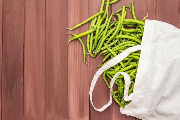 ササゲ(vigna unguiculata)。再利用可能なショッピングコットンバッグに新鮮な長い豆
