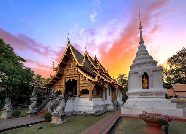 Храм фра сингха в сумерках viharn lai kam wat phra singh старый центр города чианг ма