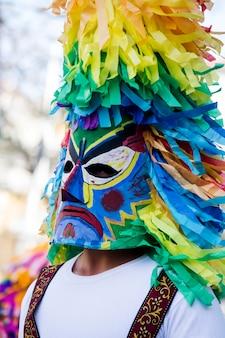 イベリアの仮面のviii国際フェスティバルでイベリアの衣装と伝統的な仮面のパレード。