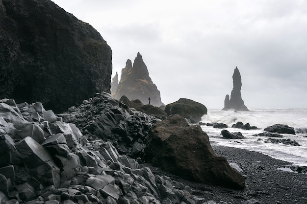 Vik 및 현무암 기둥, 아이슬란드의 검은 모래 해변.