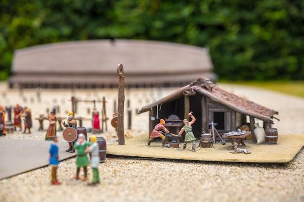バイキング集落ミニチュアアウトドア、鍛造店、ヨーロッパ。古代ヨーロッパの村、中世のスカンジナビア、伝統的なスカンジナビアの建築、ジオラマ