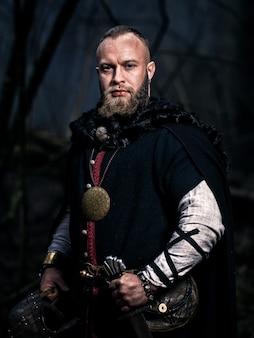 Викинг с мечом и шлемом