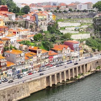 Вила-нова-де-гайя на южном берегу реки дору в порту, португалия