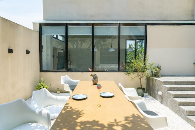 Длинный стол и стул в ресторане villa garden