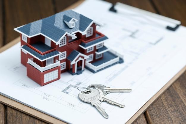 빌라 하우스 모델, 키 및 레트로 바탕 화면에 그리기 (부동산 판매 개념)