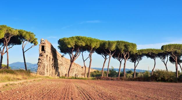 Вилла quintili: руины акведука в риме, италия.