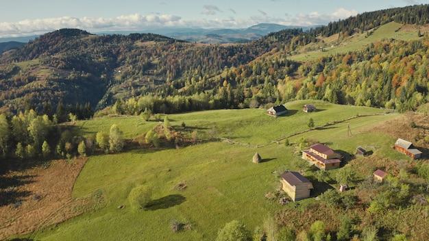 緑の山の頂上の村空中誰も自然の風景のコテージ田舎の方法で映画のように