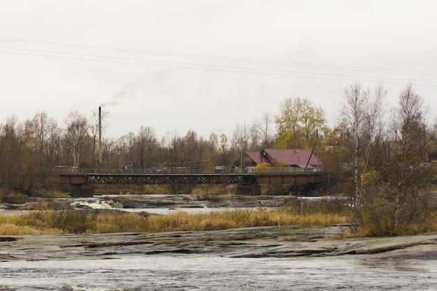 秋の曇りの日に白い海の海岸にある村