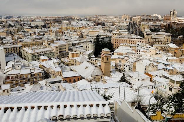 雪で覆われた村