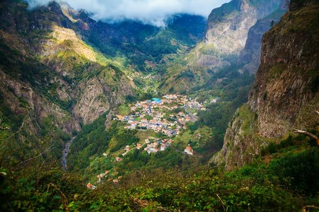 Деревня куррал-дас-фрейраш в окружении гор
