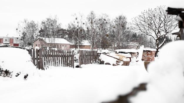 雪の中の村の家。冬の田舎と自然。降雪後の雪が多い