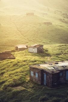 緑の丘の上の村の家