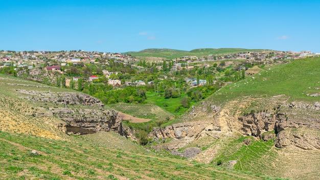 Деревня в красивой холмистой местности