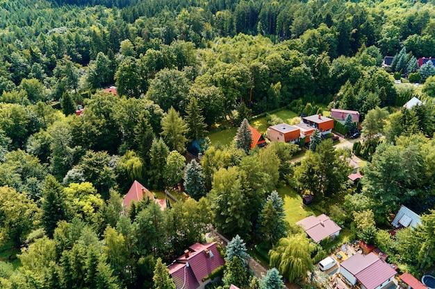Деревня в горах с видом на лес с высоты птичьего полета горный пейзаж