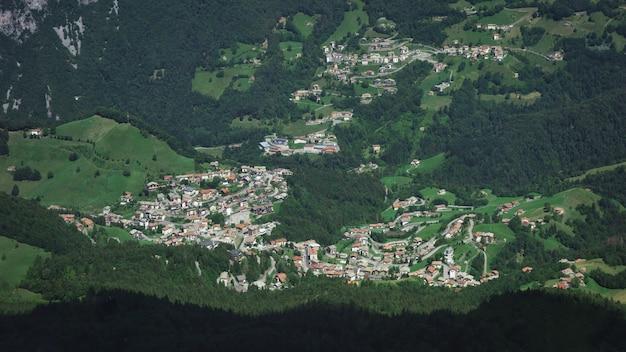 Деревня ольтре иль колле с деревней зорцоне в валь серина бергамо италия