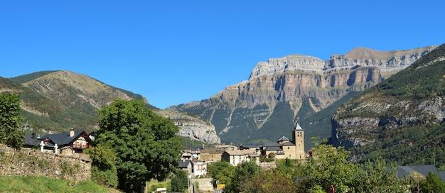 Деревня торла ордеса и национальный парк монте пердидо, провинция уэска, арагон, испания.