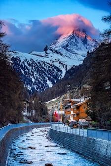 Деревня церматт на фоне горы маттерхорн на закате, швейцария