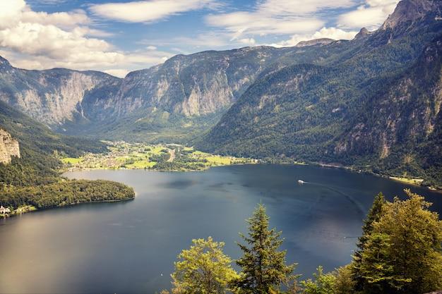 Деревня на западном берегу озера гальштат в гористой австрии.