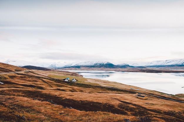 アイスランドの山々の農村地域の農場のある村