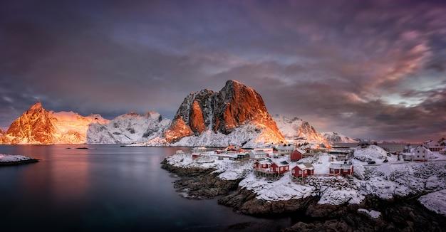 ノルウェー、スカンジナビアのロフォーテン諸島、北極圏の雪と山のある村