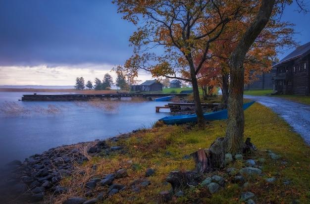 Деревня ямка. дыра в музее-заповеднике «кижи» на севере россии на онежском озере дождливым осенним вечером.