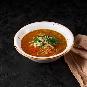 村ざま。自家製麺を使った伝統的なチキンスープ。
