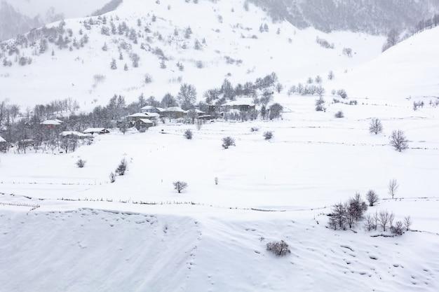覆われた雪、美しい風景、ジョージアの村ゼモmleta